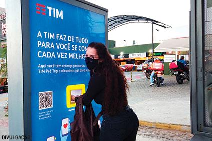 Em abrigos de ônibus de Belo Horizonte, a TIM espalhou dispensers de álcool em gel